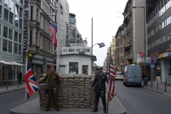 Checkpoint Charlie - nejznámější bývalý hraniční přechod z/do vých./záp. Berlína