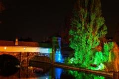Osvětlený most přes řeku Pegnitz