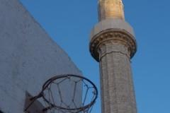 Basketbalové hřiště hned u mešity