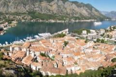 Město Kotor z horních hradeb umístěné na vysoké skále
