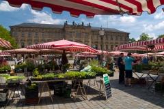Na zámeckém náměstí se každý víkend konají trhy