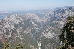 Řeka protékající kaňonem.