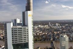 Pohled na ekologický mrakodrap Commerzbank Tower, který má uvnitř zahrady