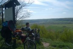 Po náročné kamenité cestě nás čekala nádherná vyhlídka nad vesničkou Milý.