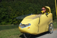 Jerguš se žlutým velomobilem a s banánem