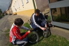 1.den- Oba dva s Miem si opravujeme přední kolo.
