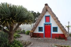 Typický madeirský domeček v Santaně