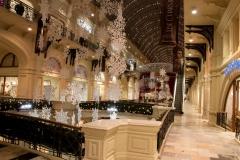 Uvnitř v luxusním nákupním centru