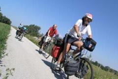 Ilja (náš náčelník),Ľubo (náš kuchař) a moje kolo.