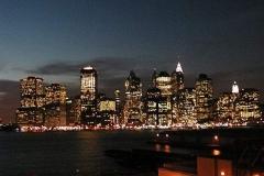 Pohled z Brooklynu na večerní Lower Manhattan