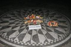Pomník Johnu Lennonovi kde byl zavražděn