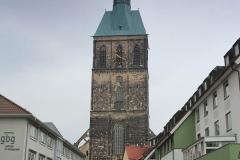 Katedrála tyčící se do výše 114 m. Nejvyšší budova v Praze má pouze 109 metrů (City Tower Pankrác).