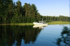 Lodička na jezeře