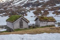 Typické domečky u zamrzlého jezera (To jezero je za domečkama)