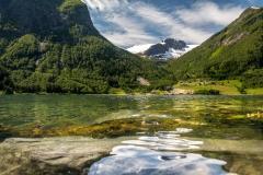 Fjord a zasněžené vrcholky hor