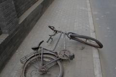 Poházená kola v hutongu - Už tu tak nějaký den leží
