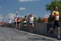 Regensburský marathon na mostě Steinerne Brücke