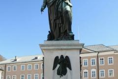 Socha Mozarta na Mozartplatz