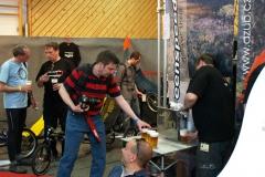 Podávání piva v Azubu. 70 piv zmizelo za 60 minut