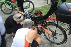 Jerguš, který vystoupil na mostě a položil kolo. Pak musel opravovat řídítka.