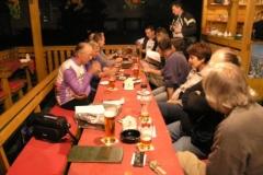 U piva se dobře povídá.Už dorazili skoro všichni účastníci srazu.