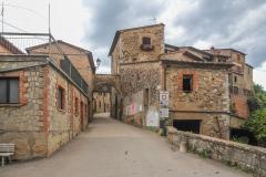 Vstup do toskánských městeček je všude stejný