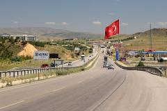 Turecká vlajka nad silnicí