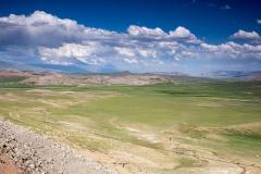 Ararat a okolní pustá krajina.
