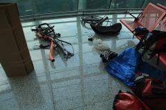 Rozdělané kolo na letišti.