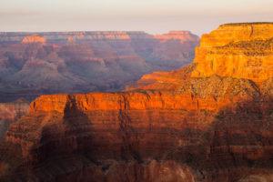 Červené skály Grand Canyonu při západu slunce